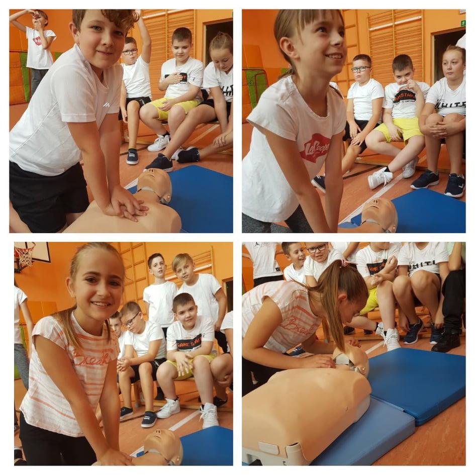 Kolaż przestawia uczniów klasy czwartej wykonujących resuscytację krążeniowo-oddechową.